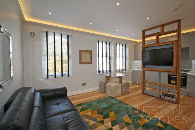 2 bed flat to rent in Clapham Road, London SW9