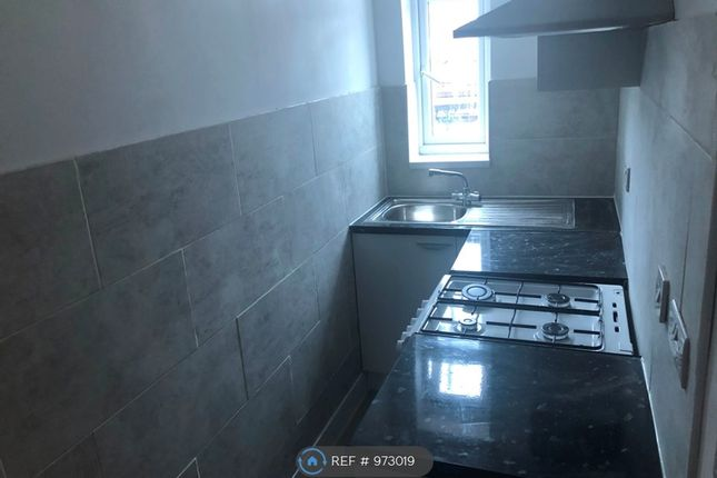 2 bed flat to rent in Brook Road, Ilford IG2