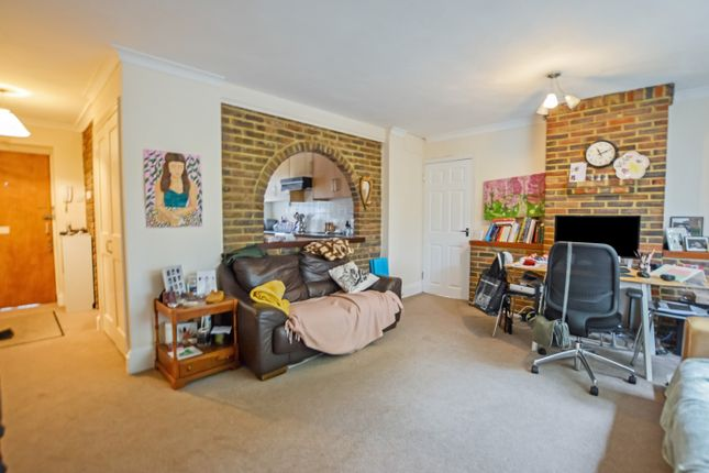 Thumbnail Flat to rent in Madeira Crescent, West Byfleet, Surrey