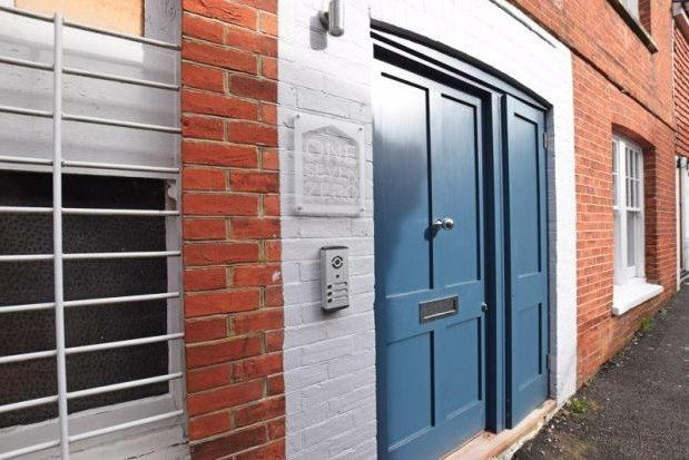 2 bed flat to rent in High Street, Uckfield TN22