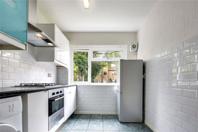 2 bed flat to rent in Wellington Road, London E11