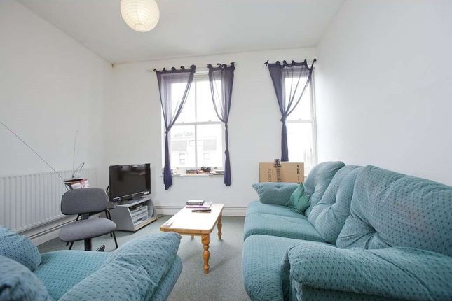 3 bed flat to rent in Camden Road, London