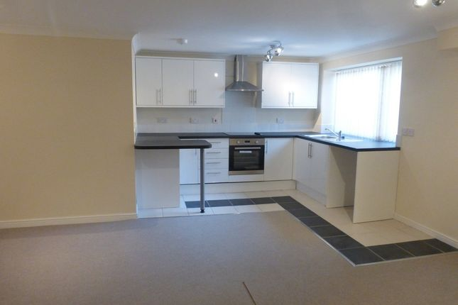 Thumbnail Flat to rent in London Road North, Lowestoft
