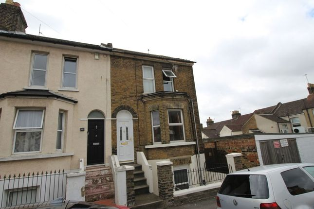 Flat to rent in Weston Road, Strood, Rochester