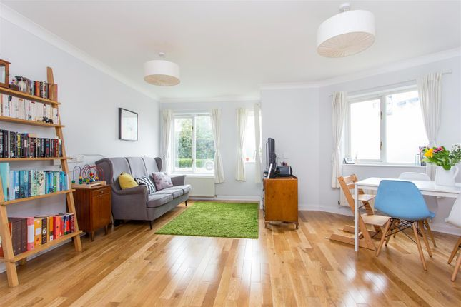 2 bed flat for sale in Myddleton Avenue, London