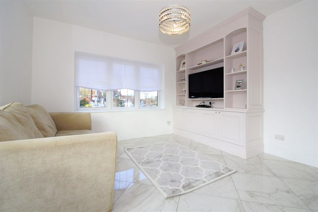 Family Room of Farwell Road, Sidcup DA14