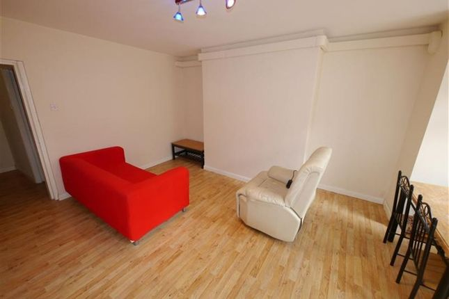Thumbnail Flat to rent in Wrangthorn Place, Hyde Park, Leeds