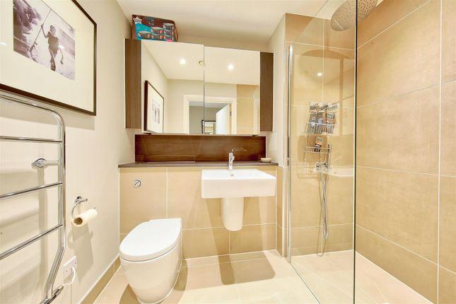 En-Suite of Knaresborough Drive, London SW18