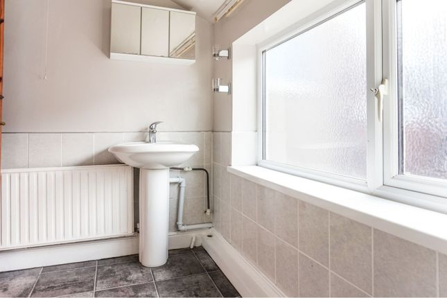 Shower Room of 94 Cartergate, Grimsby DN31