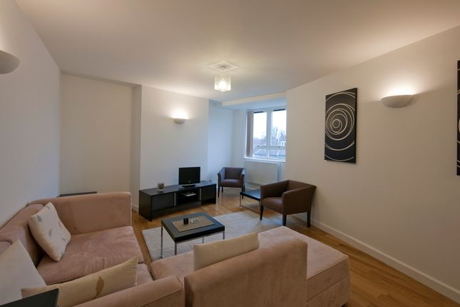 2 bed flat to rent in Kew Bridge Court, Chiswick