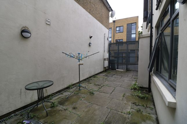 2 bed flat to rent in Dartmouth Place, Forest Hill SE23