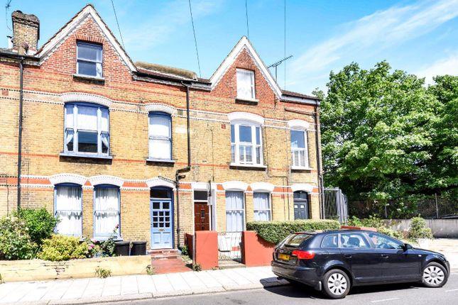 2 bed flat to rent in Boundaries Road, London