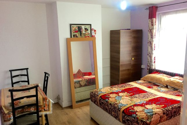 Thumbnail Room to rent in Heathdale Avenue, Hounslow
