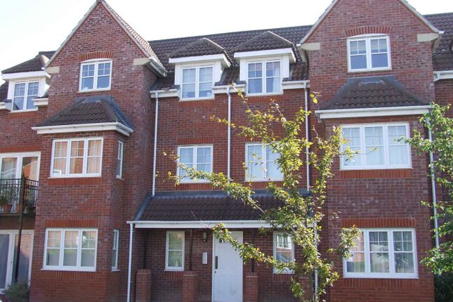Thumbnail Flat to rent in Hawthorne Close, Thatcham