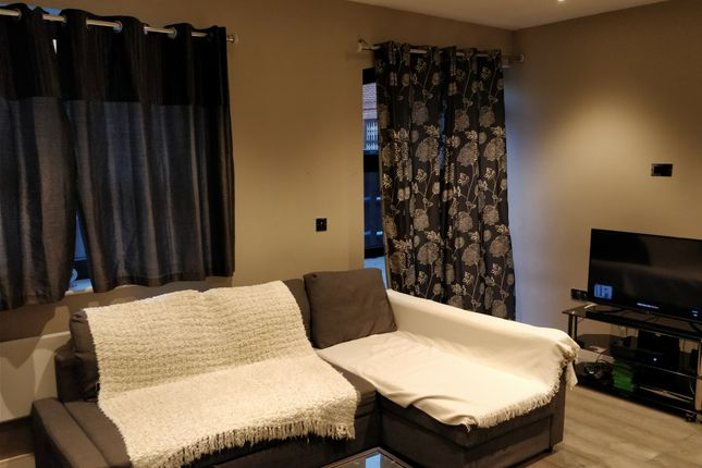 Thumbnail Flat to rent in The Grove, Slough