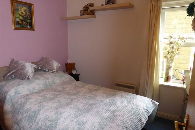 Bedroom: of Gomersall House, Cavendish Approach, Driglington, West Yorkshire BD11