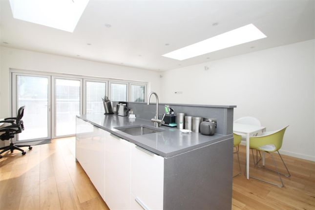 Thumbnail Property for sale in River Avenue, London