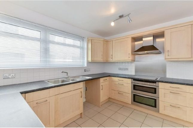 2 bed flat to rent in Chester Close South, London