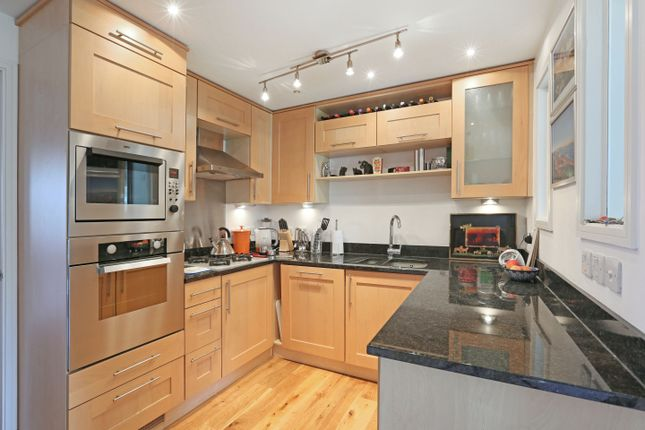 2 bed flat to rent in Lambton Road, Raynes Park