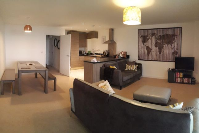 3 bed flat to rent in Pump House Crescent, Brentford