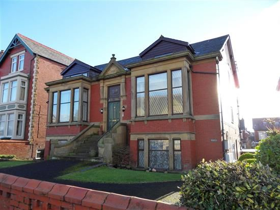 2 bed flat to rent in St Thomas Road, Lytham St. Annes