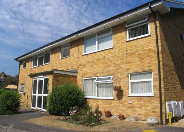 2 bed flat to rent in Grove Cross Road, Frimley, Camberley