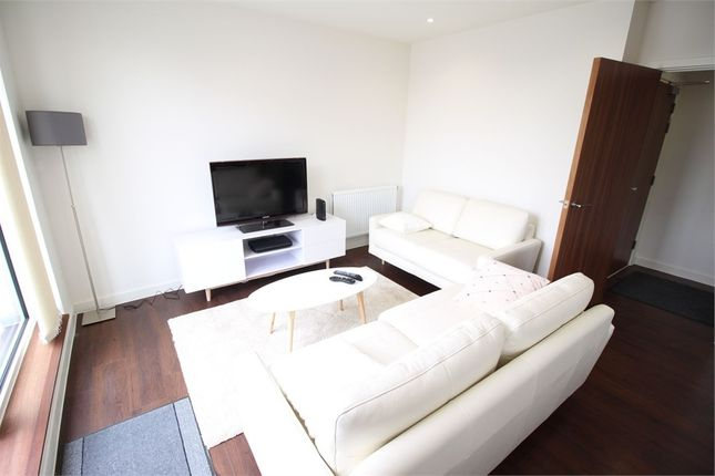 2 bed flat to rent in Hayling Way, Edgware, Middlesex