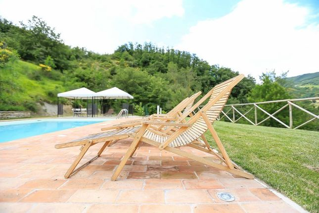 Poderetto Gubbio Pool And Chairs