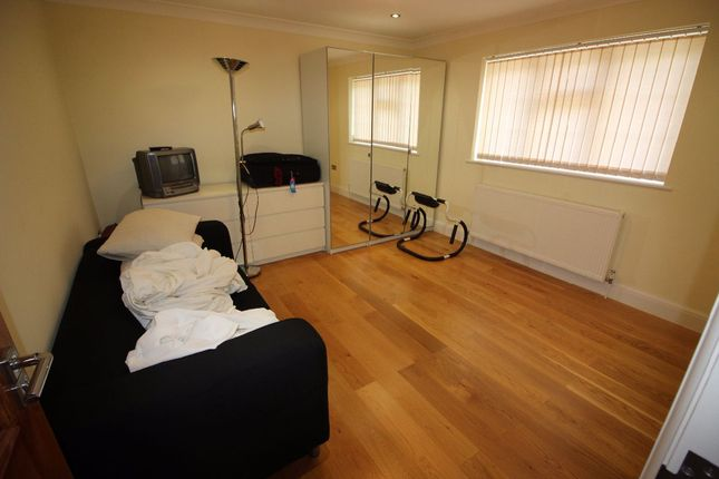 Room to rent in White Orchards, Uxbridge Road, Stanmore