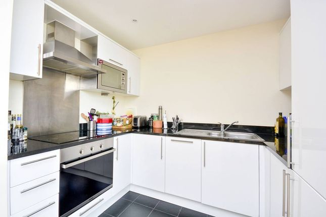 Thumbnail Flat to rent in Hartham Road, London