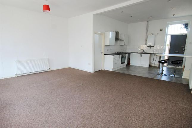 Maisonette to rent in Holton Road, Barry