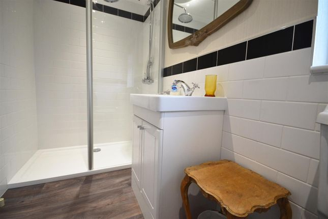 En Suite of Shillingford Park, Carmarthen Road, Kilgetty SA68