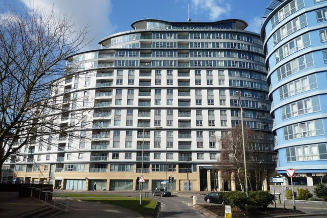 2 bed flat to rent in Station Approach, Woking
