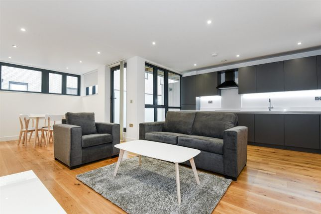 3 bed flat to rent in Tyssen Street, Dalston, London