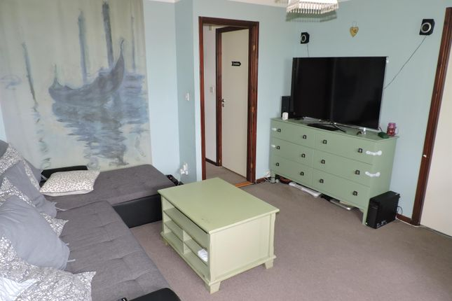 2 bed flat to rent in St. James Lane, Greenhithe