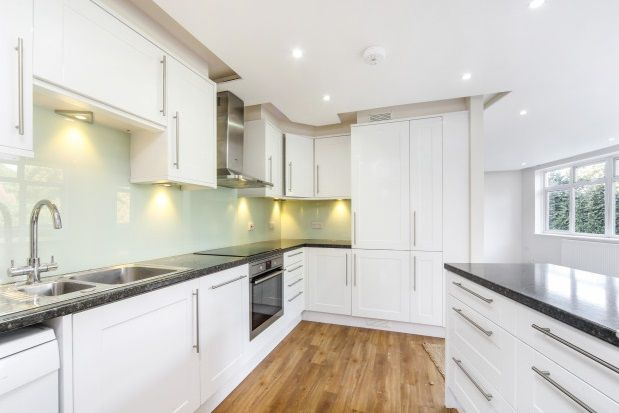Flat to rent in Station Avenue, Walton