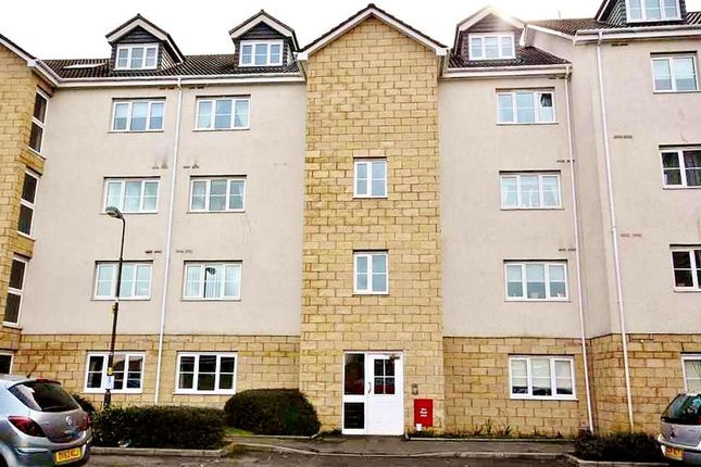 2 bed flat to rent in Queens Crescent, Livingston