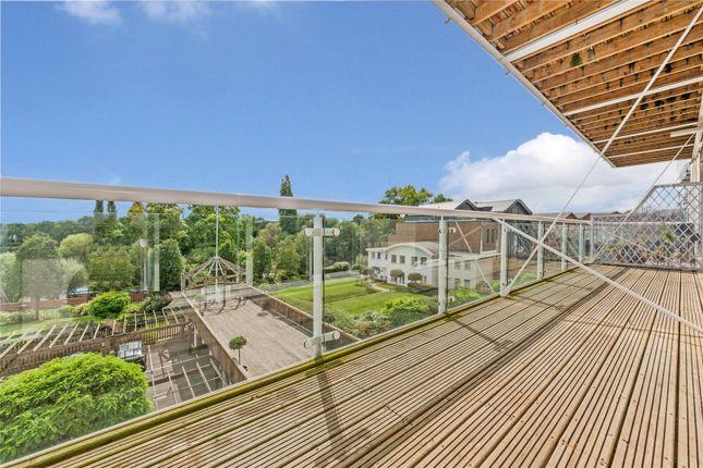Thumbnail Flat to rent in Regatta Point, 38 Kew Bridge Road, Brentford, Middlesex