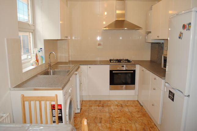 Town house to rent in Beechwood Road, London