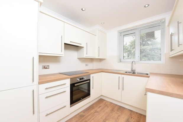 2 bed flat to rent in Weydown Close, London