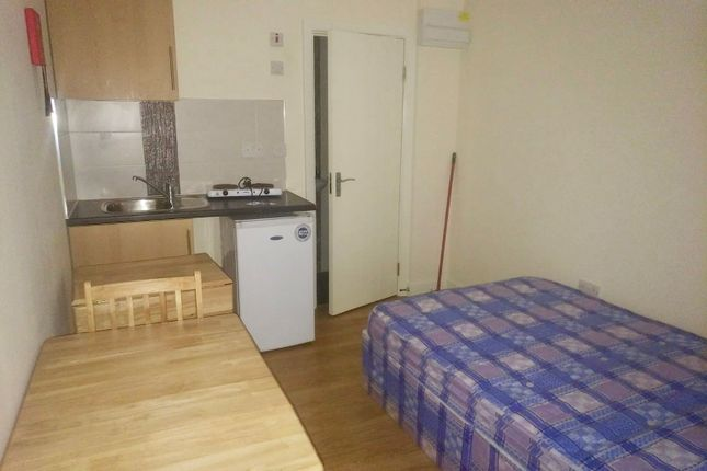 Thumbnail Flat to rent in Roydene Road, Greenwich