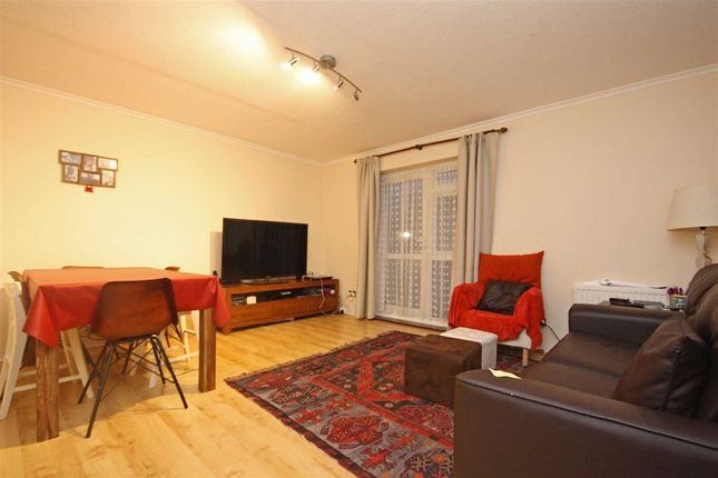 2 bed flat to rent in Henfield Road, London