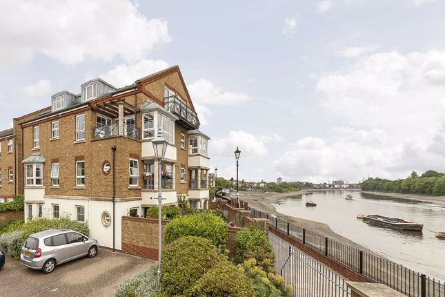 Thumbnail Flat to rent in Russell Close, London