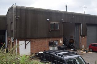 Warehouse to let in Unicorn Trading Estate, Haslemere