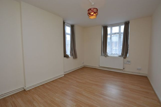 2 bed flat to rent in Shacklewell Lane, Hackney