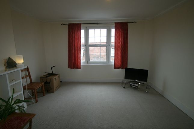 2 bed flat to rent in Thames Street, Sunbury On Thames
