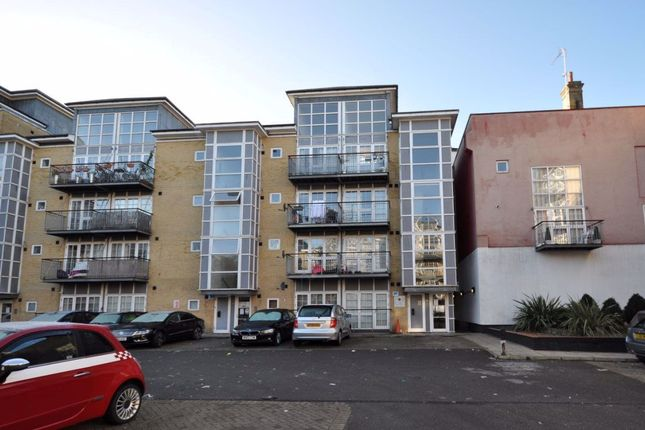 2 bed flat to rent in Malt House Place, Romford RM1