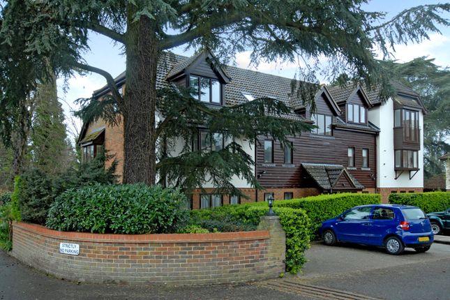 Thumbnail Flat to rent in Fairholme Gardens, Farnham, Surrey