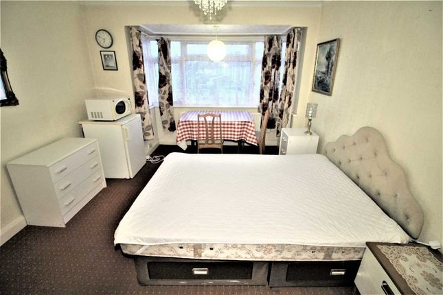 Thumbnail Room to rent in Kings Avenue, Greenford