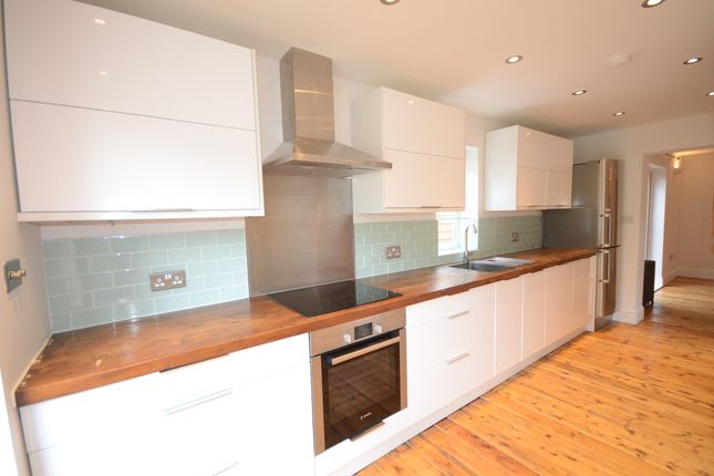 2 bed flat to rent in Alma Road, Windsor
